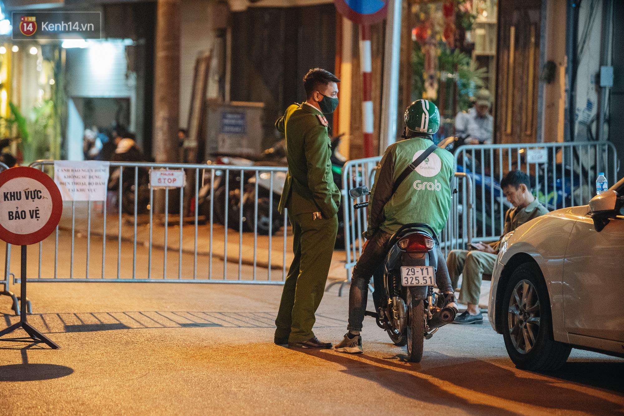 Ảnh: Cận cảnh khu vực phong tỏa nơi phát hiện và di dời thành công quả bom 340kg ở Hà Nội, người dân đã sơ tán trong đêm - Ảnh 5.