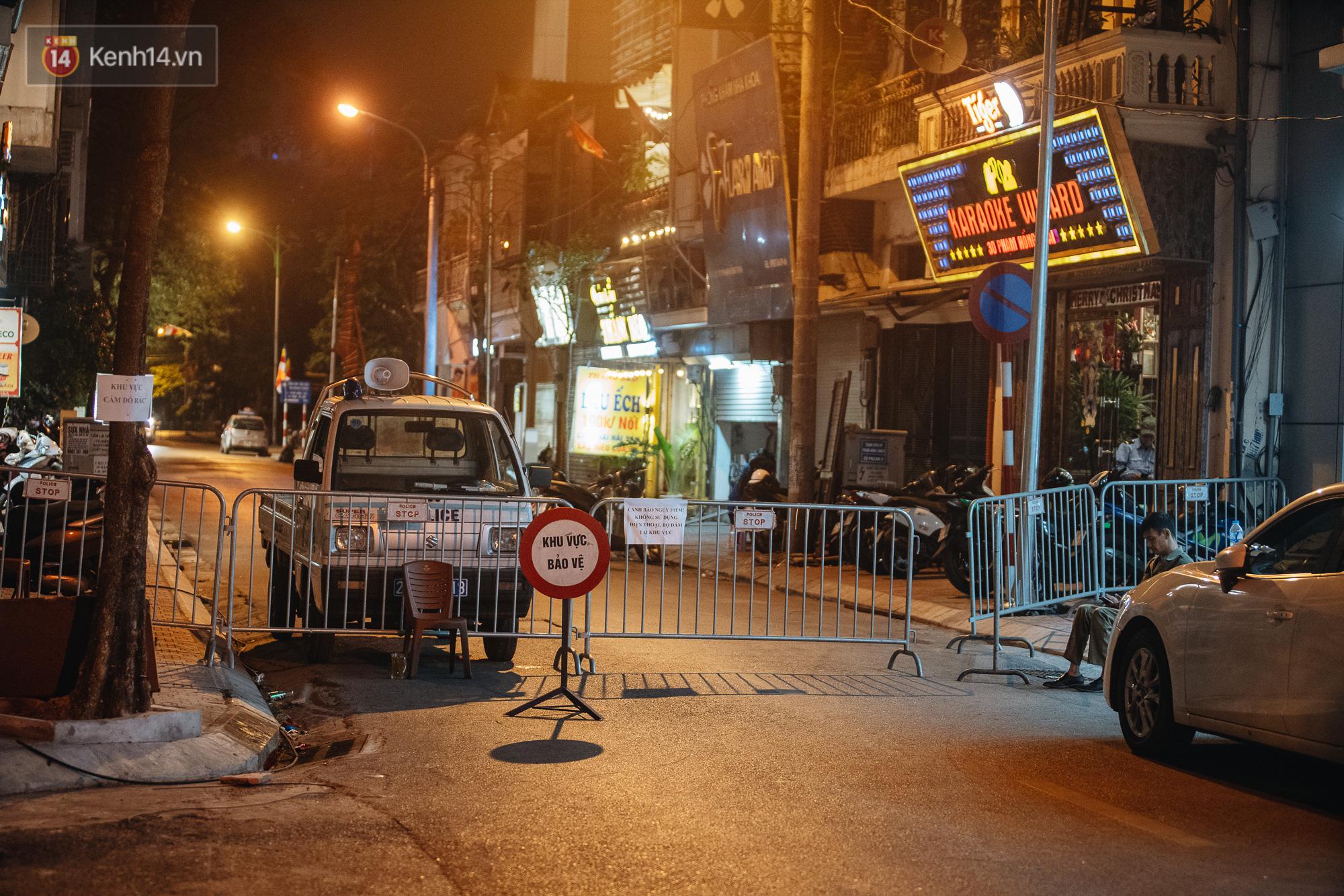Ảnh: Cận cảnh khu vực phong tỏa nơi phát hiện và di dời thành công quả bom 340kg ở Hà Nội, người dân đã sơ tán trong đêm - Ảnh 3.