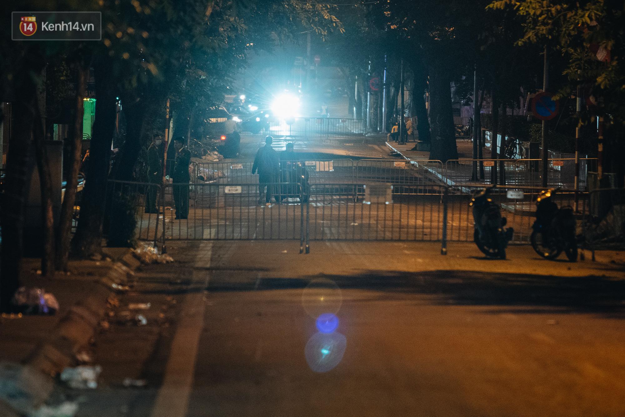 Ảnh: Cận cảnh khu vực phong tỏa nơi phát hiện và di dời thành công quả bom 340kg ở Hà Nội, người dân đã sơ tán trong đêm - Ảnh 7.