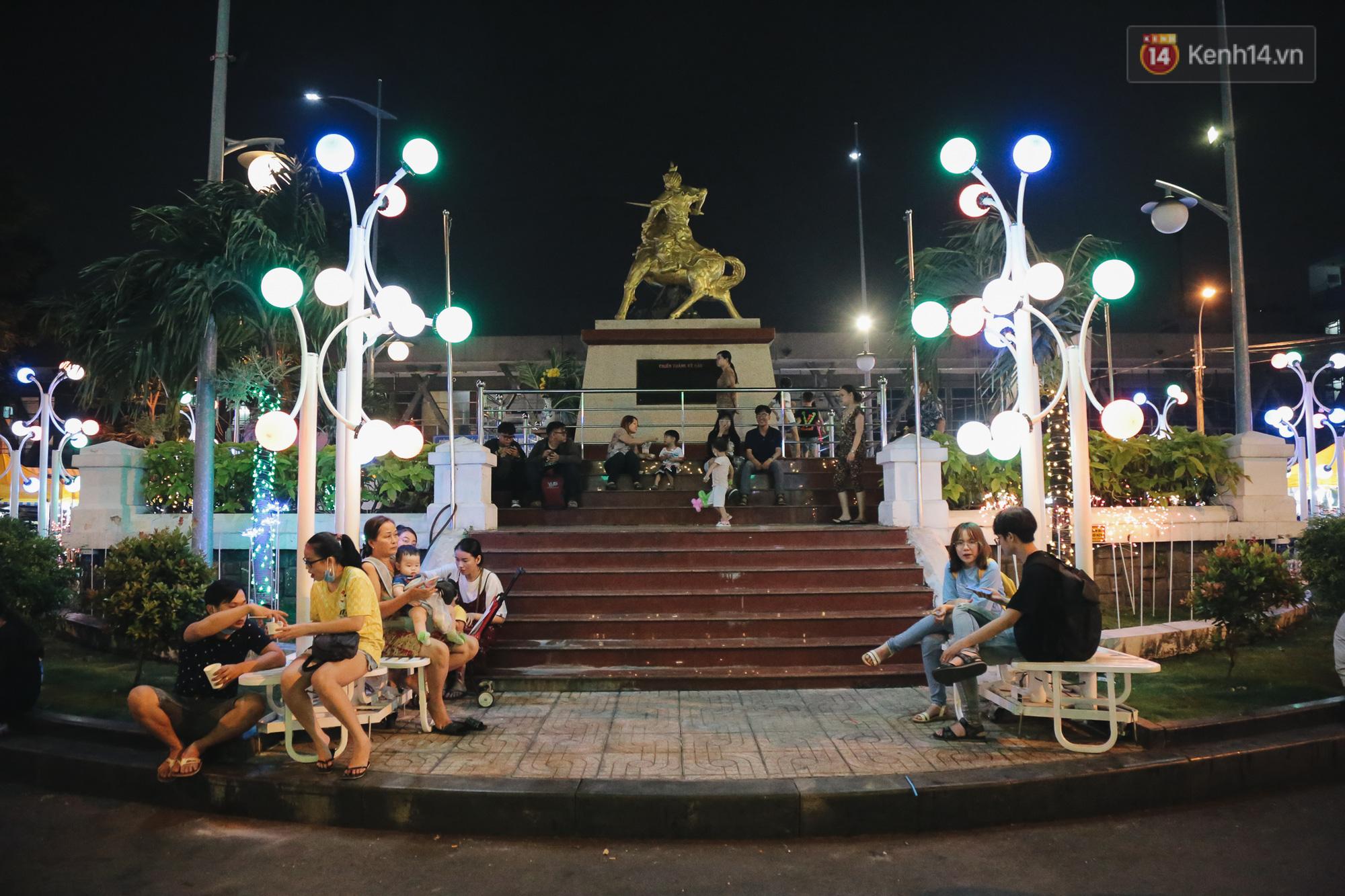 Cận cảnh phố đi bộ đêm thứ 3 vừa hoạt động thử nghiệm ở Sài Gòn - Ảnh 9.