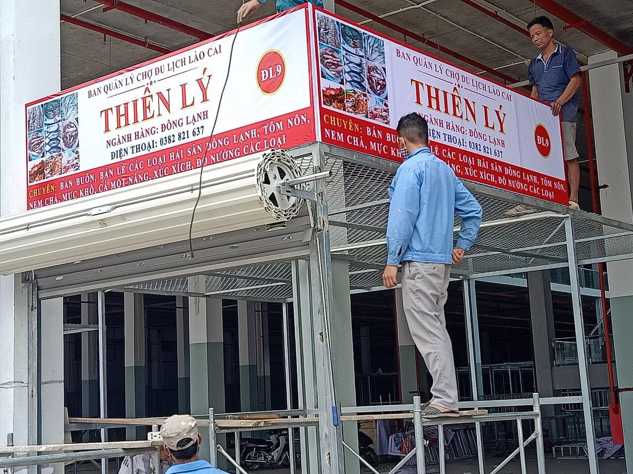Tiểu thương thi công gian hàng sẵn sàng chuyển về chợ Du lịch Lào Cai sắp khai trương - Ảnh 1.