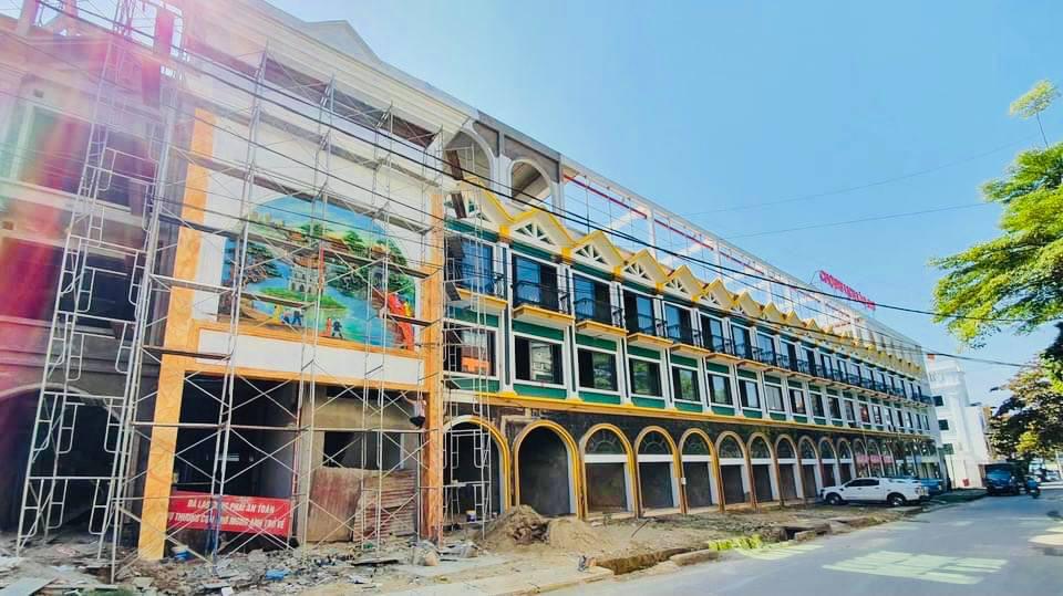 Tiểu thương thi công gian hàng sẵn sàng chuyển về chợ Du lịch Lào Cai sắp khai trương - Ảnh 3.