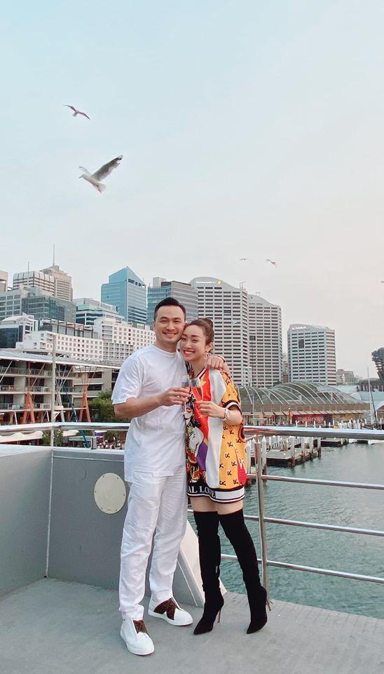 Chi Bảo và bạn gái kém 16 tuổi thường xuyên đi du lịch sang chảnh - Ảnh 7.