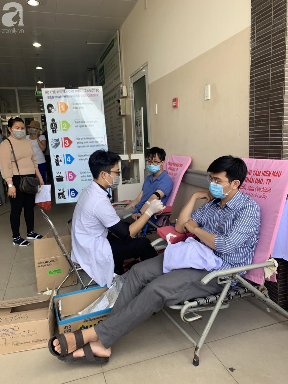 Hàng trăm người hiến máu nhân đạo bổ sung cho bệnh viện trong mùa dịch corona - Ảnh 3.