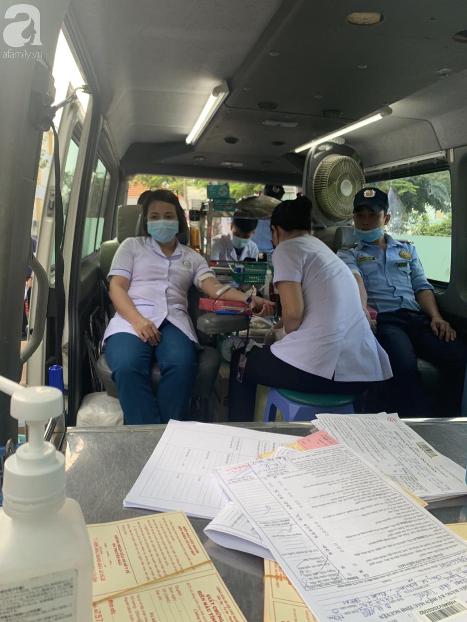 Hàng trăm người hiến máu nhân đạo bổ sung cho bệnh viện trong mùa dịch corona - Ảnh 4.