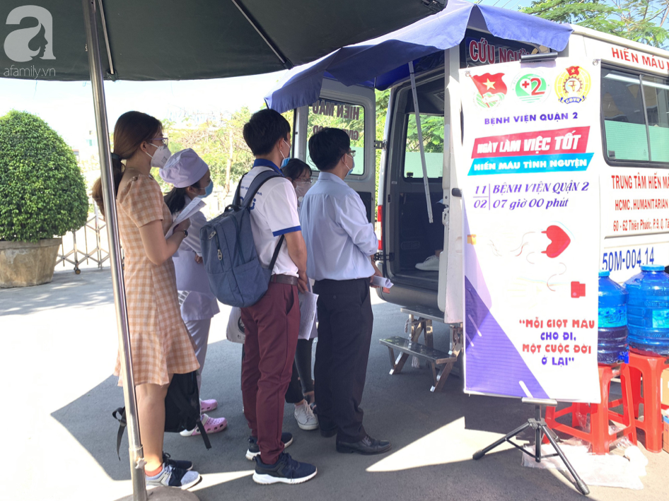 Hàng trăm người hiến máu nhân đạo bổ sung cho bệnh viện trong mùa dịch corona - Ảnh 1.