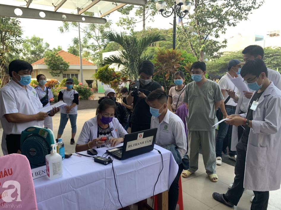Hàng trăm người hiến máu nhân đạo bổ sung cho bệnh viện trong mùa dịch corona - Ảnh 2.