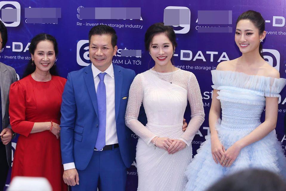 Đứng chung khung hình với Hoa hậu Lương Thùy Linh, bà xã Shark Hưng gây choáng vì vẻ đẹp lấn át - Ảnh 1.