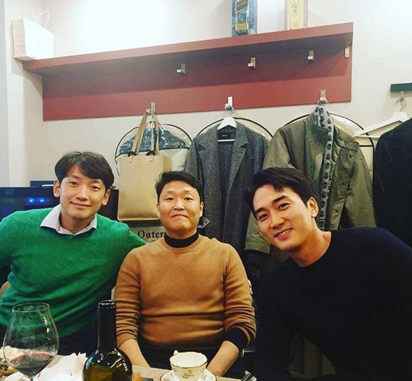 """Bức ảnh gây bão mạng xã hội, """"trai có vợ"""" Bi Rain kém sắc so với """"tình cũ Lưu Diệc Phi"""" Song Seung Hun dù ít hơn tận 6 tuổi - Ảnh 2."""