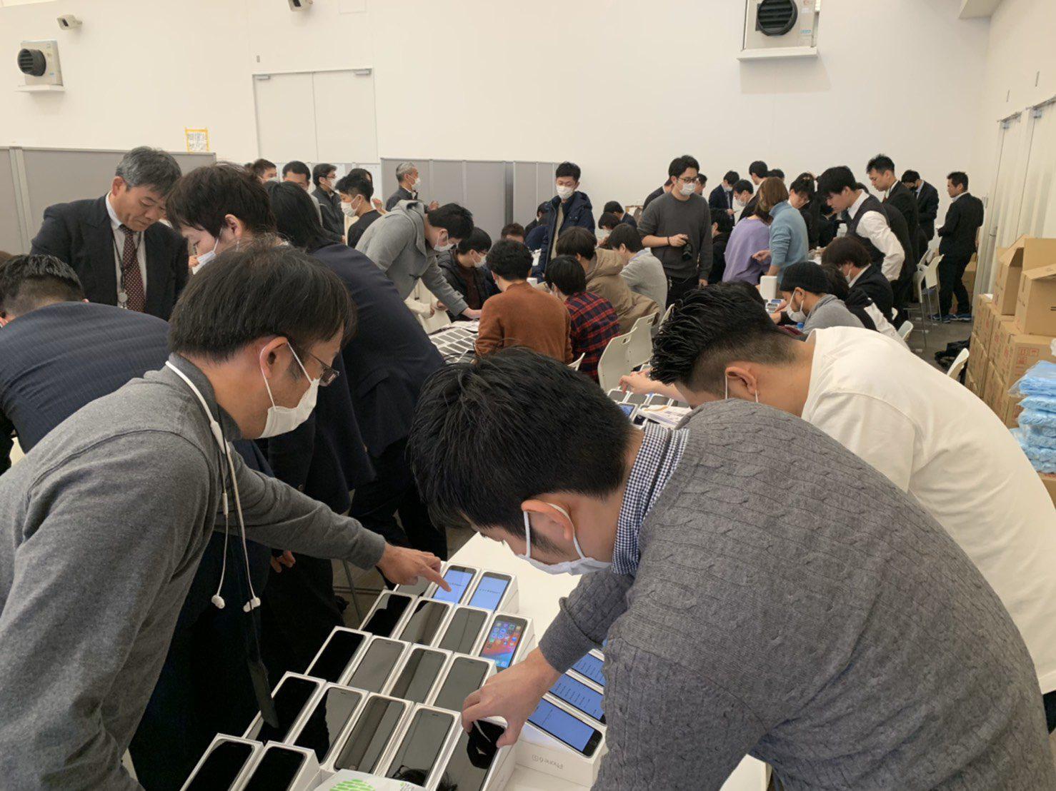Nhật Bản trao 2.000 chiếc iPhone cho hành khách bị mắc kẹt trên tàu du lịch bị cách ly vì Covid-19 - Ảnh 1.