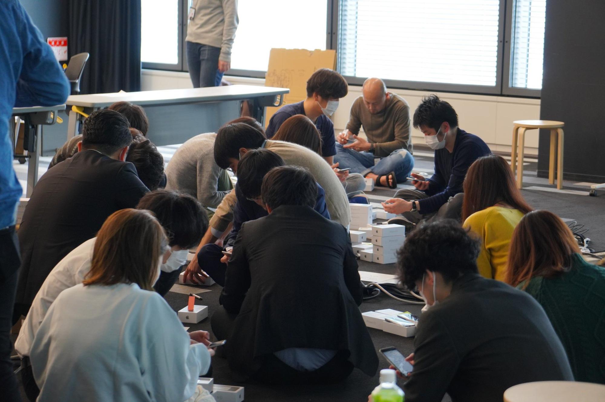 Nhật Bản trao 2.000 chiếc iPhone cho hành khách bị mắc kẹt trên tàu du lịch bị cách ly vì Covid-19 - Ảnh 2.