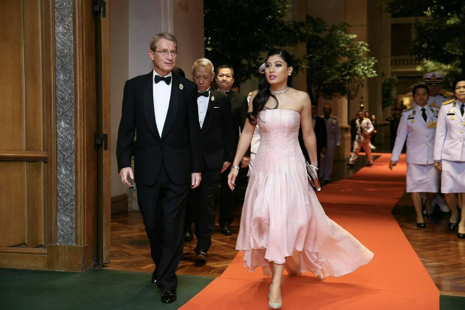 Hai nàng công chúa Thái Lan lại gây sốt với vẻ ngoài trái ngược nhau: Người sang chảnh quyến rũ, người thanh lịch khiêm nhường  - Ảnh 5.
