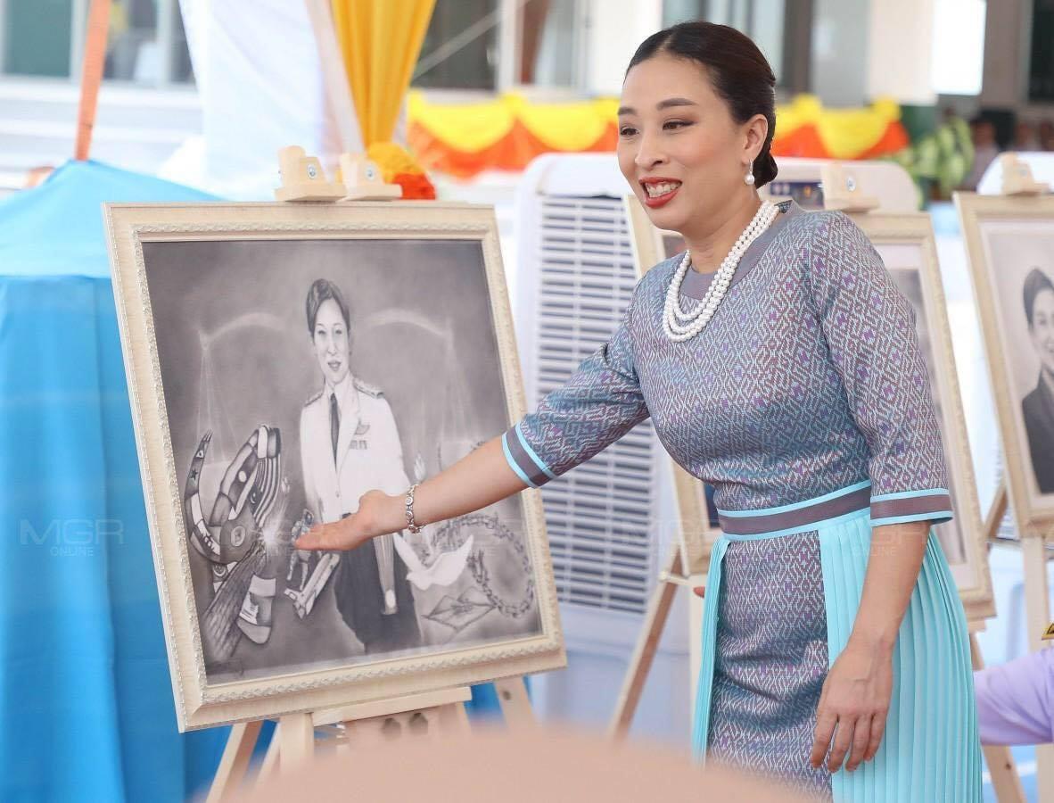 Hai nàng công chúa Thái Lan lại gây sốt với vẻ ngoài trái ngược nhau: Người sang chảnh quyến rũ, người thanh lịch khiêm nhường  - Ảnh 7.