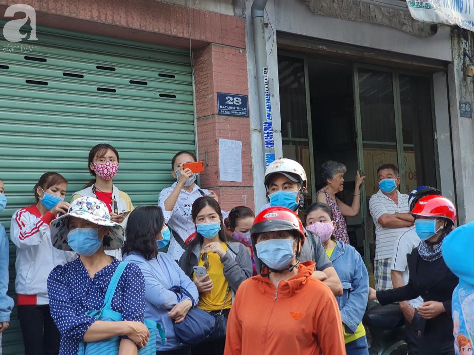 Hàng trăm người dân TP.HCM bỏ ngày chủ nhật xếp hàng dài từ sáng sớm chờ mua khẩu trang y tế - Ảnh 2.