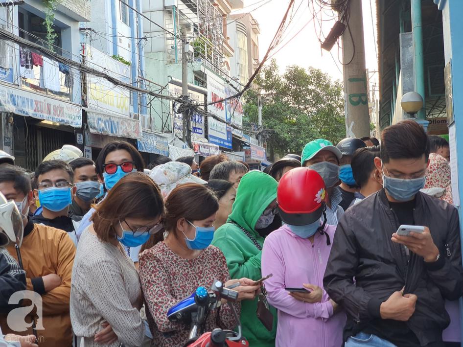 Hàng trăm người dân TP.HCM bỏ ngày chủ nhật xếp hàng dài từ sáng sớm chờ mua khẩu trang y tế - Ảnh 3.