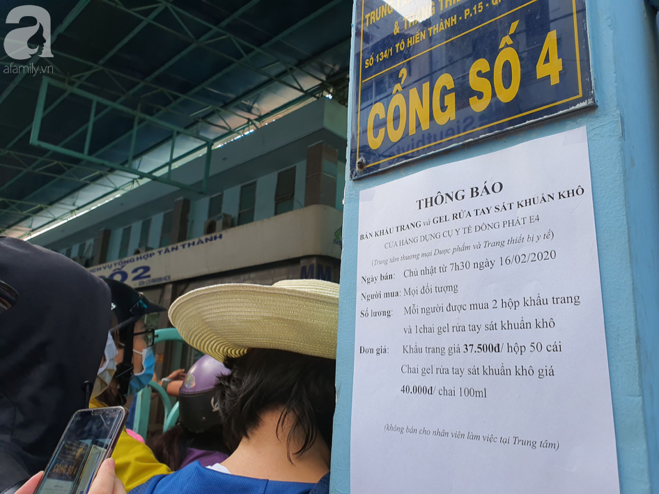 Hàng trăm người dân TP.HCM bỏ ngày chủ nhật xếp hàng dài từ sáng sớm chờ mua khẩu trang y tế - Ảnh 5.