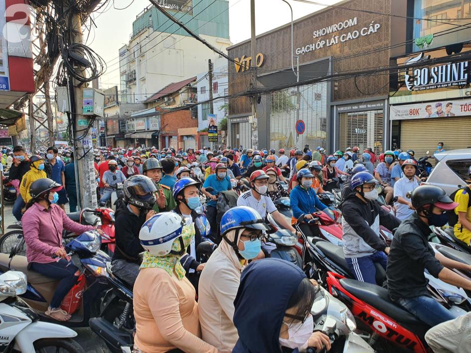 Hàng trăm người dân TP.HCM bỏ ngày chủ nhật xếp hàng dài từ sáng sớm chờ mua khẩu trang y tế - Ảnh 6.