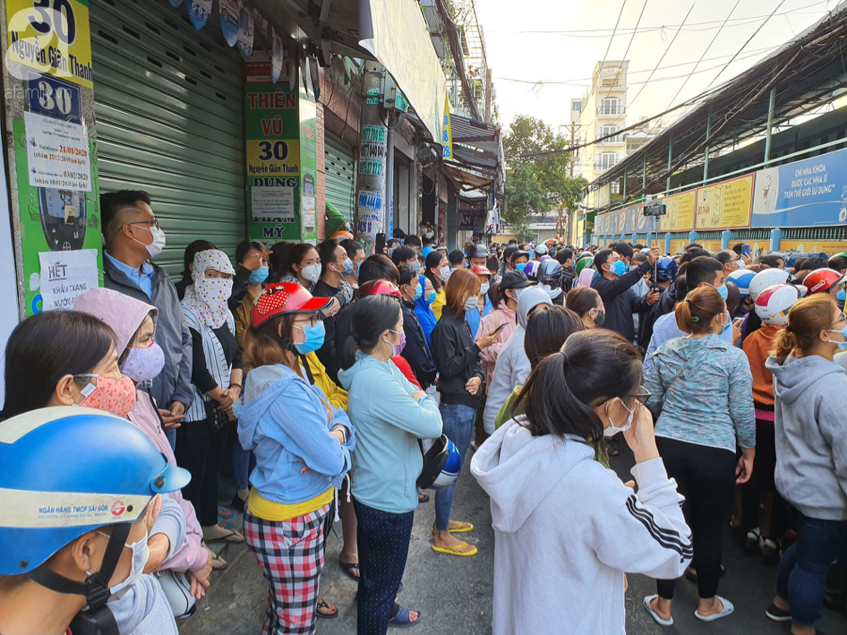 Hàng trăm người dân TP.HCM bỏ ngày chủ nhật xếp hàng dài từ sáng sớm chờ mua khẩu trang y tế - Ảnh 7.