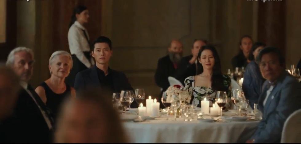 """Dân mạng tá hỏa với hình ảnh hot mom Huyền Baby nắm tay Hyun Bin """"Hạ cánh nơi anh"""", hóa ra sự thật là thế này - Ảnh 2."""