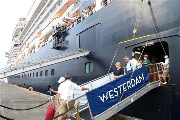 """Nữ du khách trên con tàu được cập cảng ở Campuchia dương tính lần 2 với Covid-19, Mỹ đưa công dân rời khỏi """"ổ dịch"""" ở Nhật - Ảnh 1."""