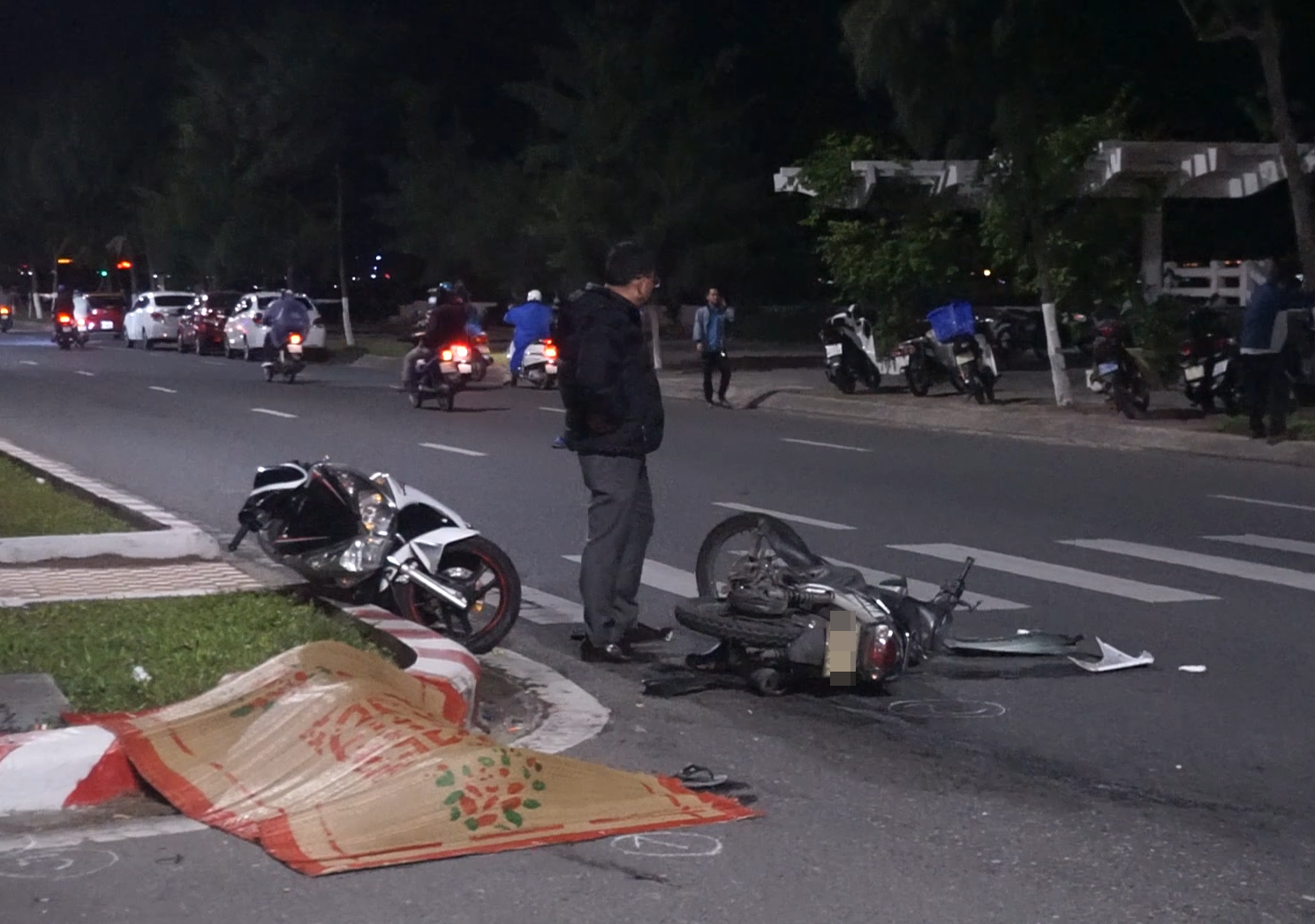 Clip: 2 xe máy tông nhau kinh hoàng, 1 người chết, 2 thanh niên nguy kịch - Ảnh 2.