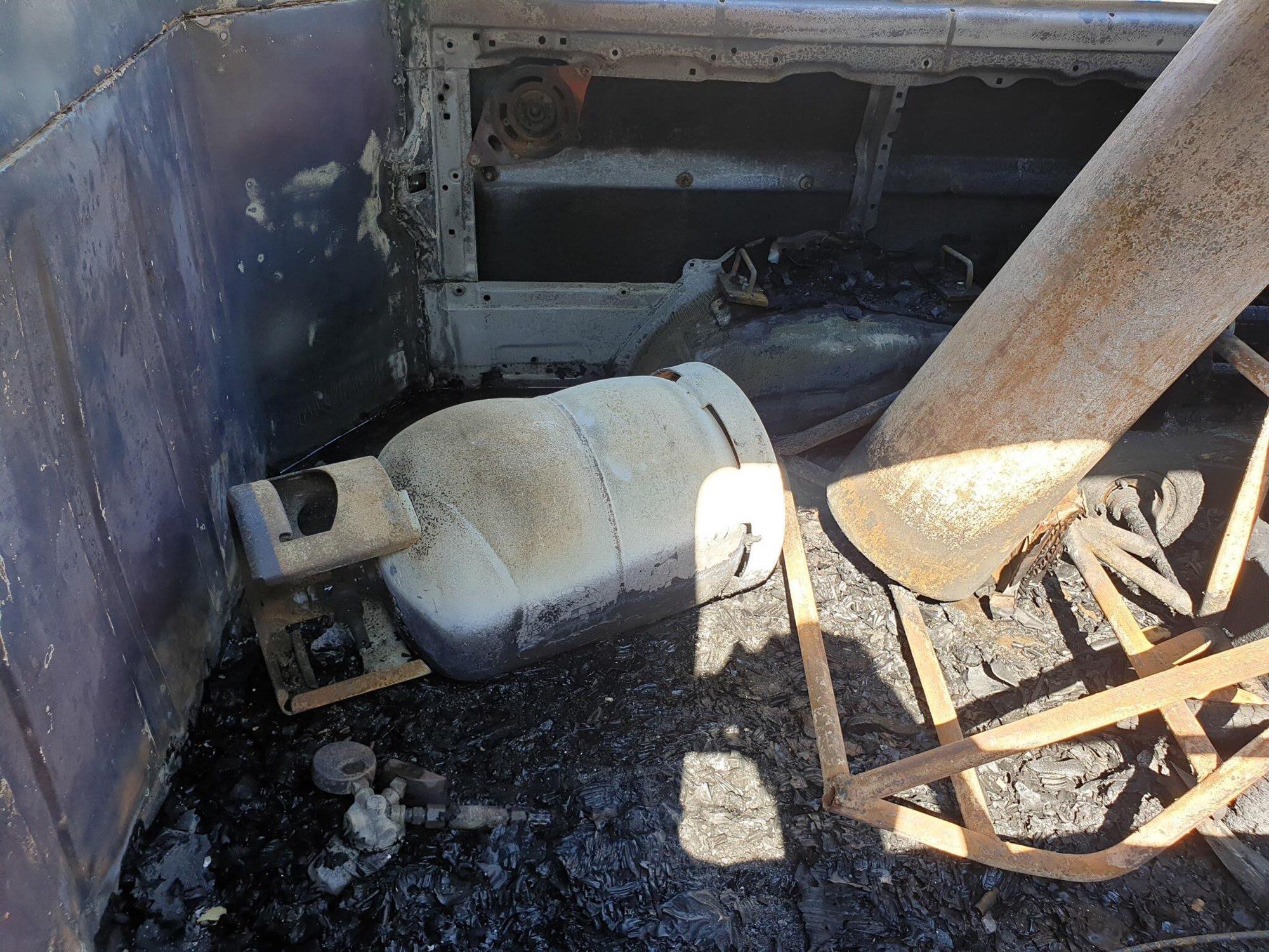 Ô tô du lịch bốc cháy rồi trôi tự do trên đường, 2 người nhảy khỏi xe thoát chết - Ảnh 2.