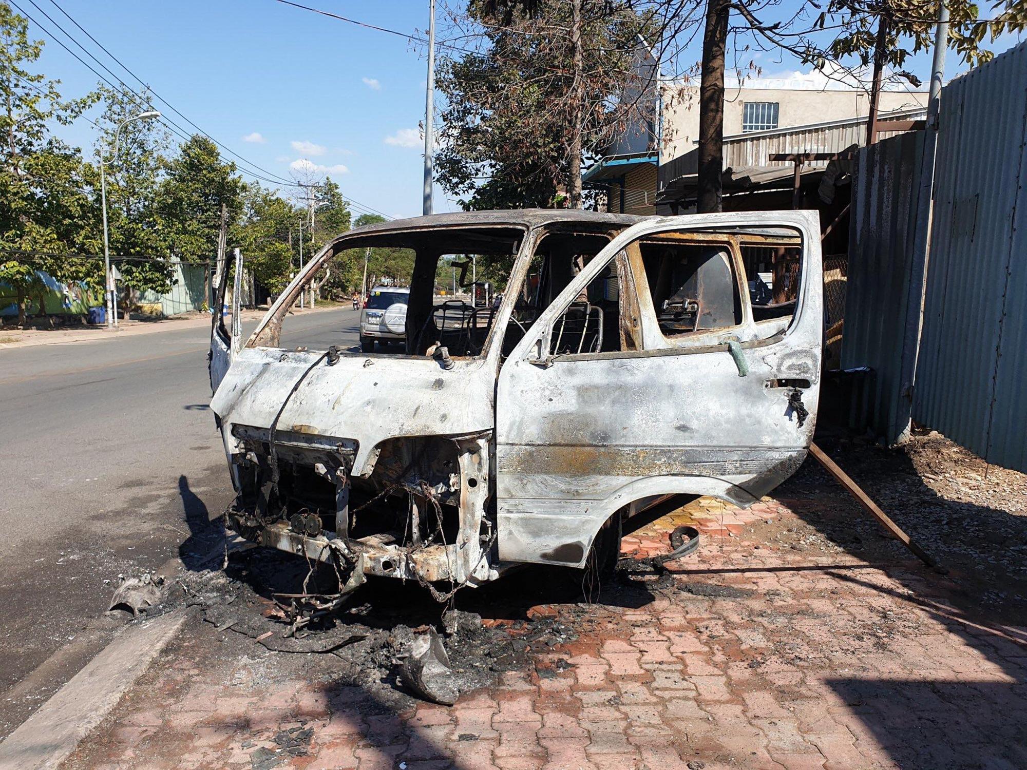 Ô tô du lịch bốc cháy rồi trôi tự do trên đường, 2 người nhảy khỏi xe thoát chết - Ảnh 1.
