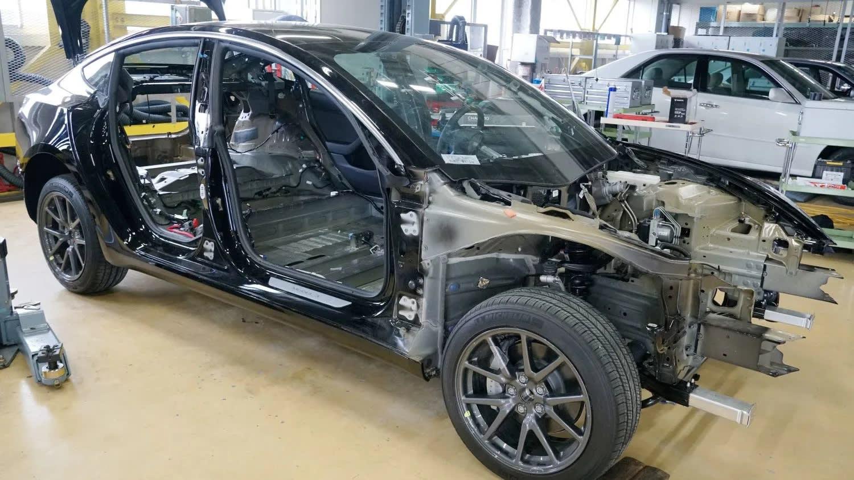 Mổ xẻ Tesla Model 3, kỹ sư Nhật kinh ngạc vì phát hiện ra điều không tưởng - Ảnh 1.