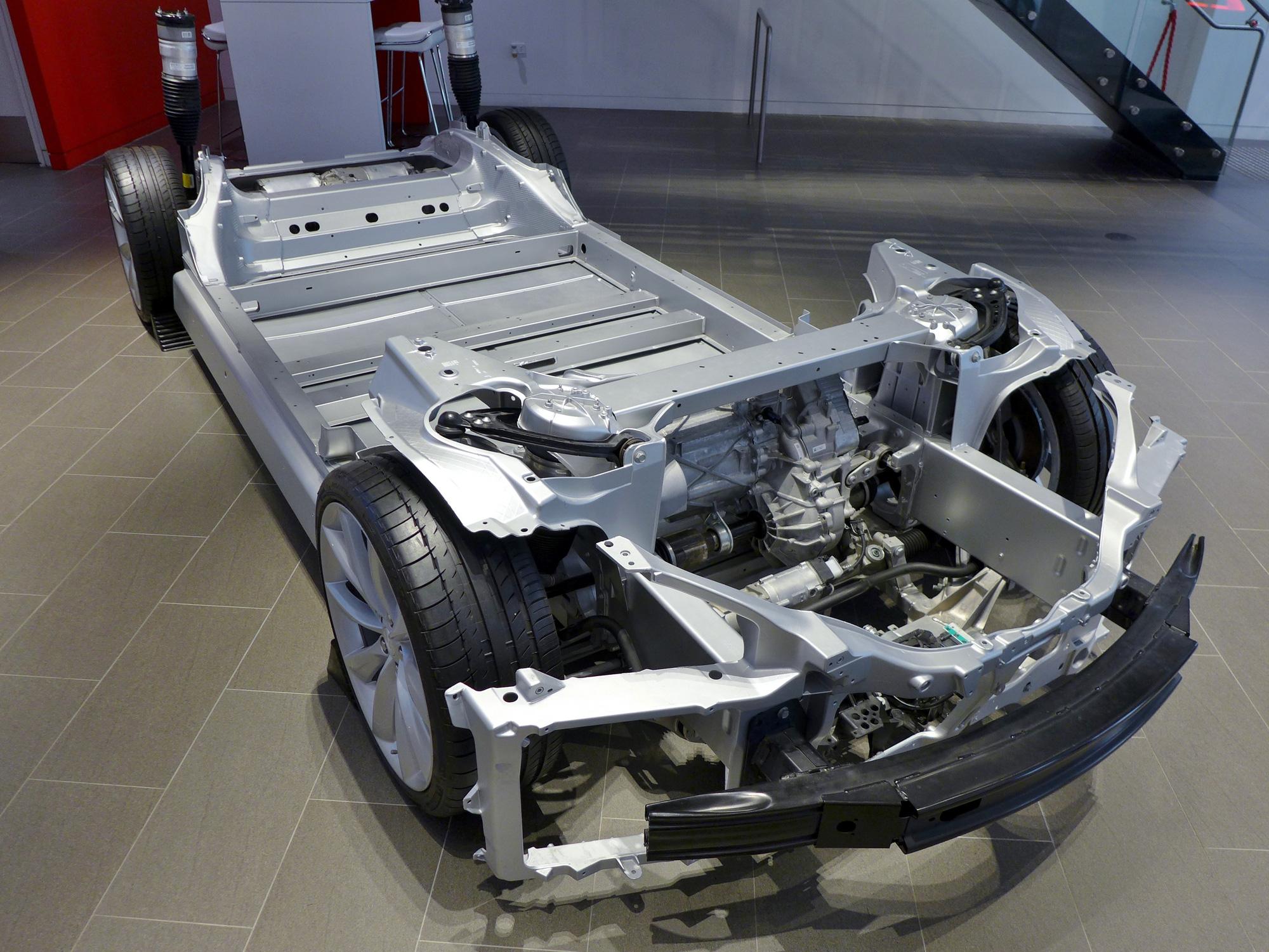 Mổ xẻ Tesla Model 3, kỹ sư Nhật kinh ngạc vì phát hiện ra điều không tưởng - Ảnh 4.