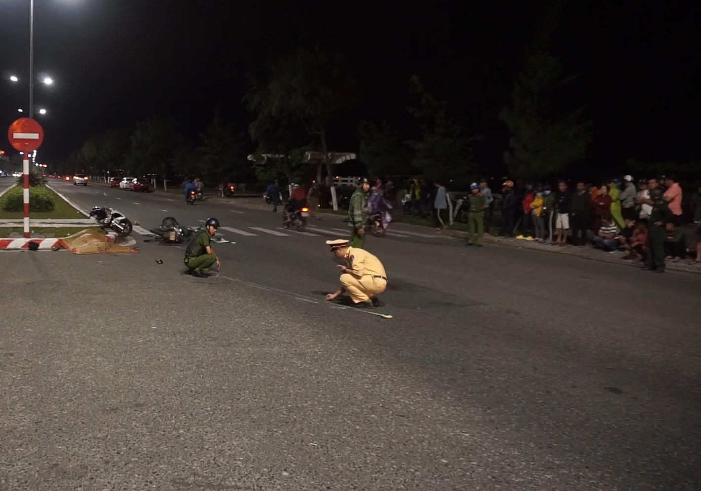 Clip: 2 xe máy tông nhau kinh hoàng, 1 người chết, 2 thanh niên nguy kịch - Ảnh 4.