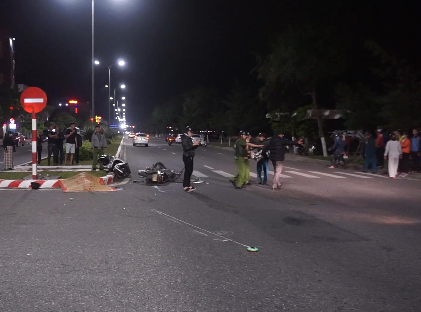 Clip: 2 xe máy tông nhau kinh hoàng, 1 người chết, 2 thanh niên nguy kịch - Ảnh 3.
