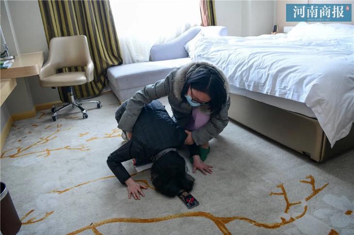 """Đang công tác ở Vũ Hán, nữ bác sĩ bất ngờ nhận tin bố mất ở quê nhà, bất lực quỳ gối xin lỗi trước màn hình điện thoại: """"Con gái bất hiếu"""" - Ảnh 4."""