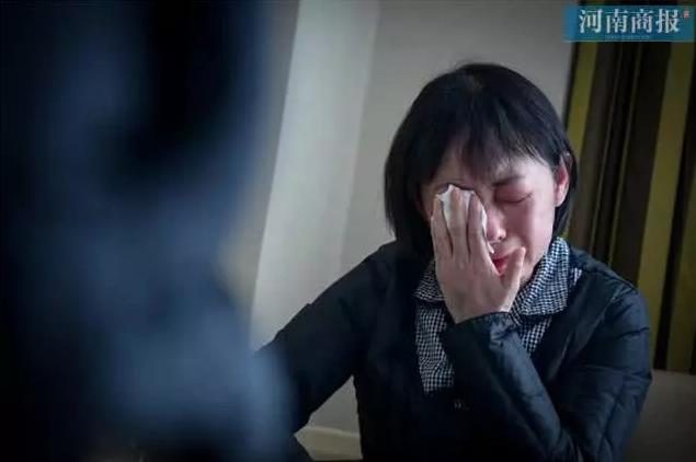 """Đang công tác ở Vũ Hán, nữ bác sĩ bất ngờ nhận tin bố mất ở quê nhà, bất lực quỳ gối xin lỗi trước màn hình điện thoại: """"Con gái bất hiếu"""" - Ảnh 2."""