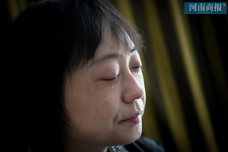 """Đang công tác ở Vũ Hán, nữ bác sĩ bất ngờ nhận tin bố mất ở quê nhà, bất lực quỳ gối xin lỗi trước màn hình điện thoại: """"Con gái bất hiếu"""" - Ảnh 1."""