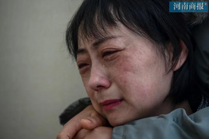 """Đang công tác ở Vũ Hán, nữ bác sĩ bất ngờ nhận tin bố mất ở quê nhà, bất lực quỳ gối xin lỗi trước màn hình điện thoại: """"Con gái bất hiếu"""" - Ảnh 3."""