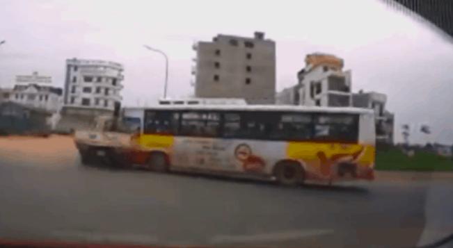 Khoảnh khắc xe buýt lao tới húc mạnh vào xe tải ngay giữa ngã tư khiến nhiều người kinh hãi - Ảnh 2.