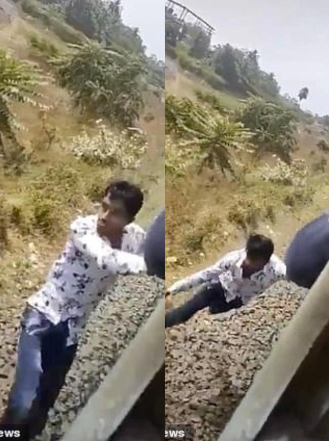 Khoảnh khắc kinh hãi không dành cho người yếu tim: Nam thanh niên rơi xuống đường ray lúc tàu đang di chuyển, nhưng kết cục khiến hành khách vỗ tay ầm ầm - Ảnh 2.