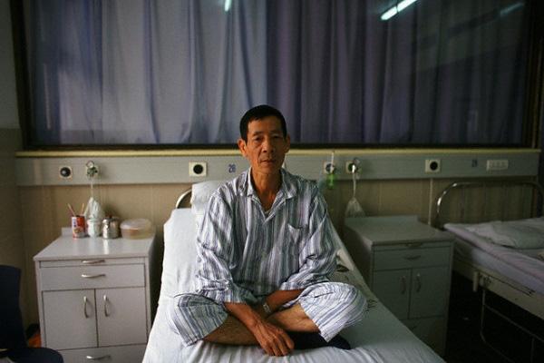 Cầm 200 triệu đứng trước giường bệnh của bố chồng với ý định trả cho ông đi chữa bệnh, không ngờ ông xua tay nói một câu khiến vợ chồng tôi nước mắt đầm đìa - Ảnh 1.