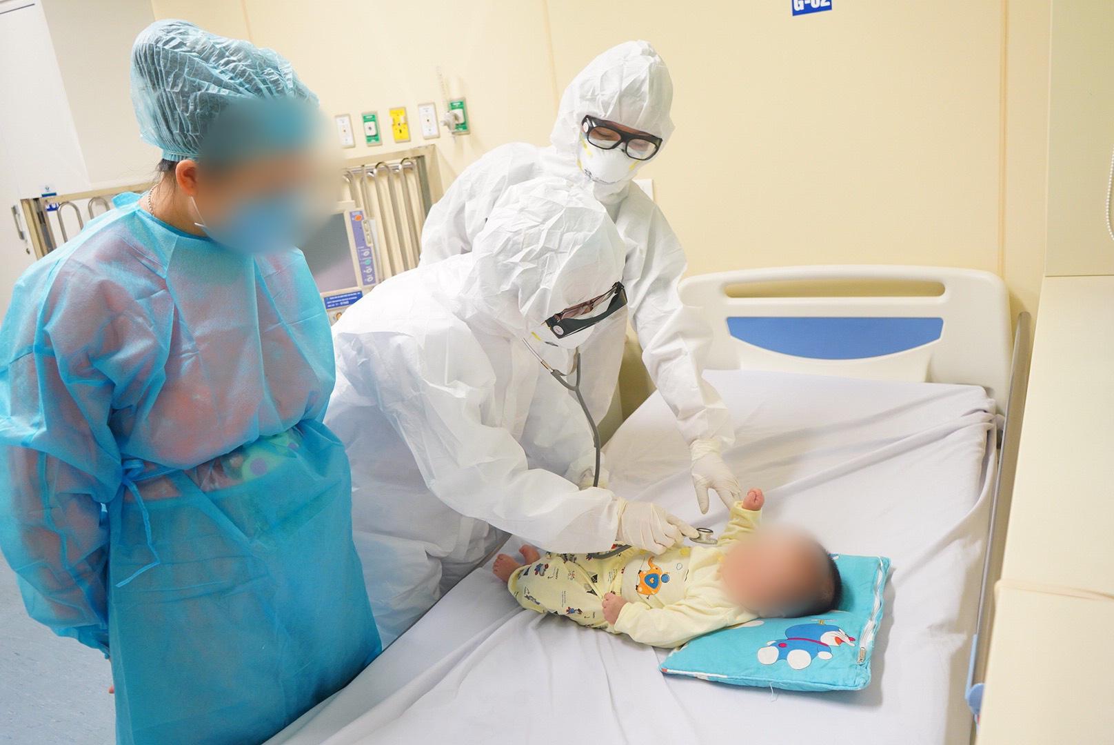 Tại sao người mẹ tiếp xúc trực tiếp và thường xuyên với bệnh nhi 3 tháng tuổi nhưng không bị nhiễm COVID-19? - Ảnh 1.
