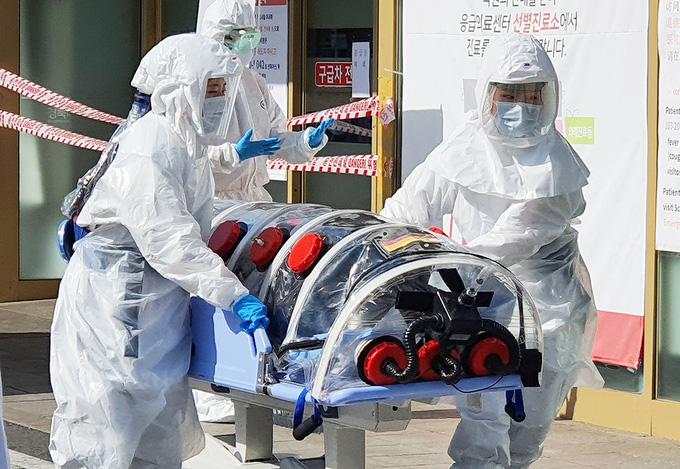 Hàn Quốc phát hiện 204 ca nhiễm virus corona, giá bán khẩu trang tăng chóng mặt lên đến khoảng 3 triệu/hộp - Ảnh 1.