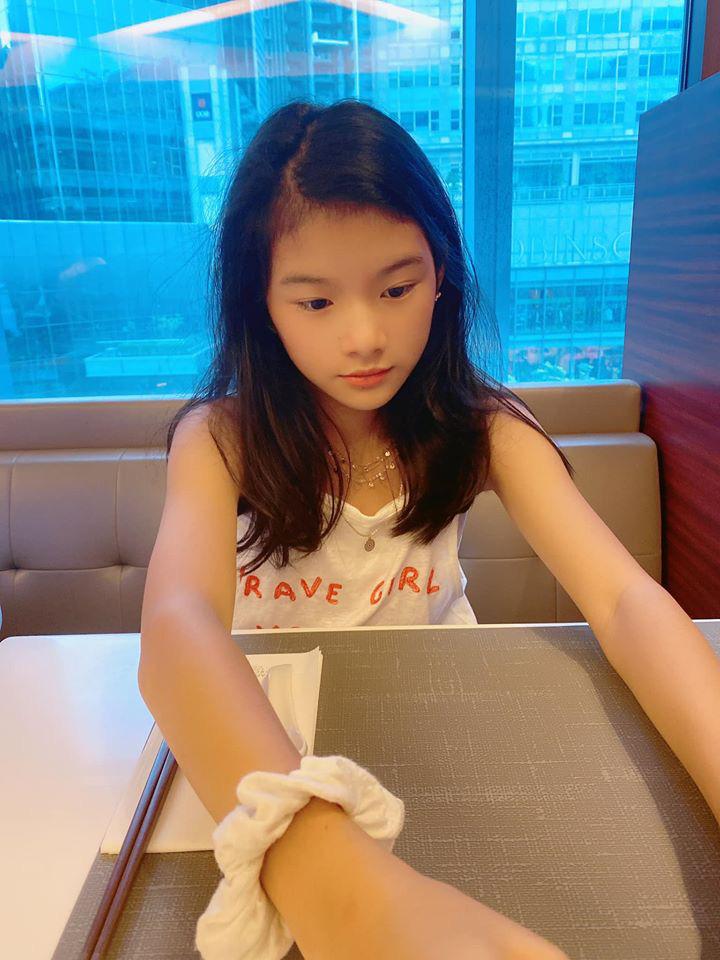 """Chỉ một khoảnh khắc bị mẹ """"chụp trộm"""", bé Devon con gái Trương Ngọc Ánh lại khiến dân tình ngỡ ngàng vì quá xinh đẹp - Ảnh 1."""