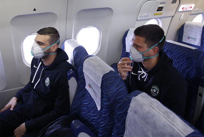 Đeo găng tay y tế và bịt khẩu trang kín mít, đội bóng Bulgaria bộc lộ sự căng thẳng cao độ khi tới Ý thi đấu Cúp châu Âu - Ảnh 2.