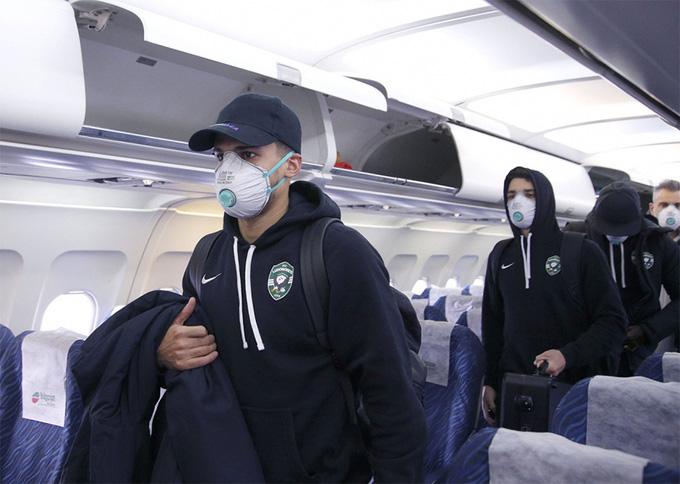 Đeo găng tay y tế và bịt khẩu trang kín mít, đội bóng Bulgaria bộc lộ sự căng thẳng cao độ khi tới Ý thi đấu Cúp châu Âu - Ảnh 3.
