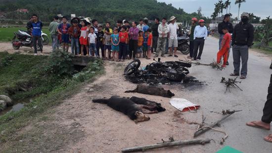 Nghi câu trộm chó, hai người đàn ông bị dân vây đánh thương vong, đốt xe máy - Ảnh 1.