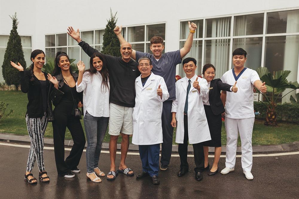 """Đi bơi sau 1 tuần phẫu thuật nhờ """"bảo bối"""" chữa ung thư đại trực tràng lần đầu tiên có tại Việt Nam - Ảnh 1."""