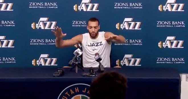 """Sờ tay vào thiết bị của phóng viên để chứng minh """"Covid-19 không đáng sợ"""", 2 hôm sau hảo thủ bóng rổ dương tính với virus corona - Ảnh 1."""