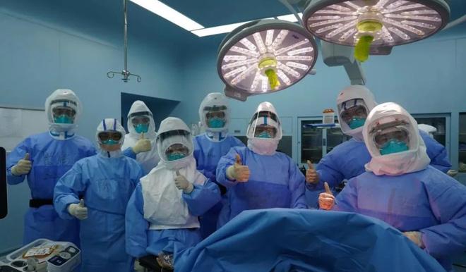 Ca ghép phổi đầy kịch tính cho bệnh nhân Covid-19 ở TQ: Bác sĩ thất kinh khi vừa mở lồng ngực - Ảnh 2.