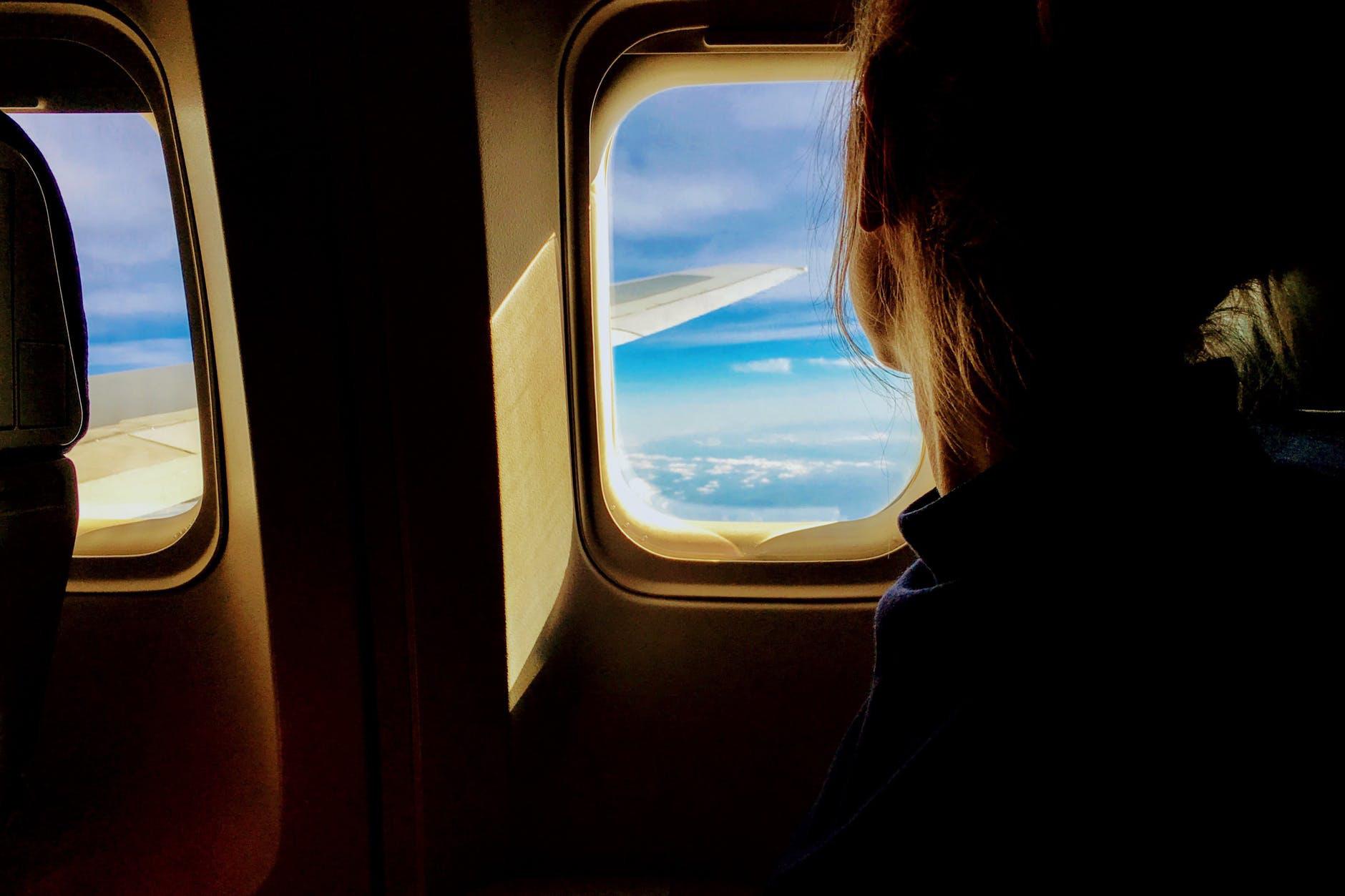 Cứ nghe tiếp viên hàng không thông báo phải mở rèm và giảm ánh sáng khi máy bay cất - hạ cánh, giờ mới hiểu lý do vì sao - Ảnh 4.