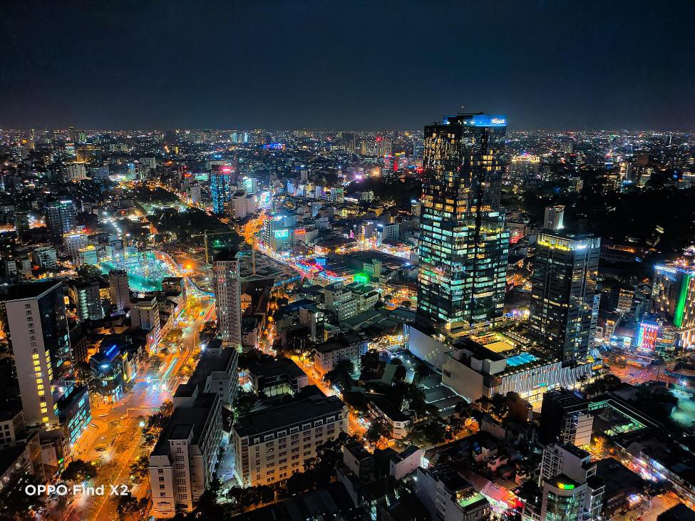 Lên nóc nhà ngắm Sài Gòn đẹp tĩnh lặng lúc về đêm - Ảnh 1.