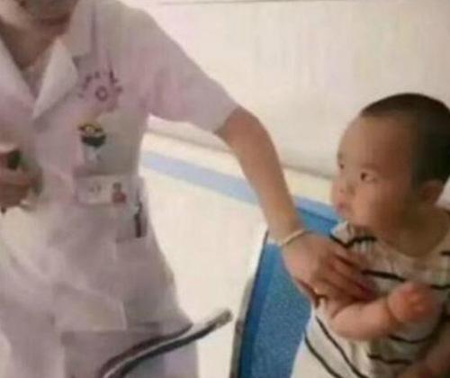 """Em bé đi tiêm nhìn cô y tá với ánh mắt """"hình viên đạn"""" khiến ai nấy bật cười vì quá đáng yêu  - Ảnh 1."""